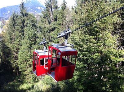 Idyllische Fahrt durch den Wald hinauf zum Obersalzberg